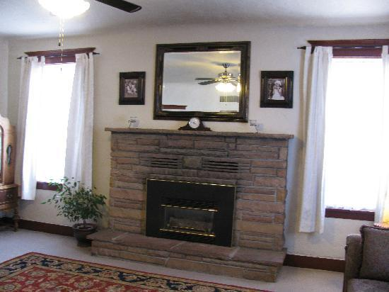 Aspen Inn Bed and Breakfast: The fireplace in the livingroom of the Aspen Inn.