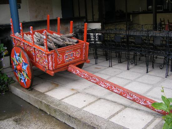Soluxe El Sesteo Hotel: painted oxcart near the pool and breakfast room