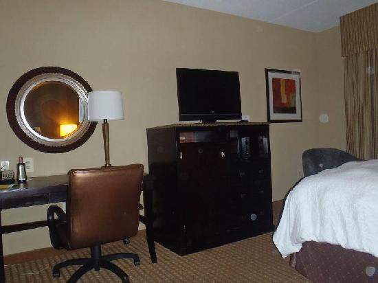 La Quinta Inn &amp; Suites Edgewood / APG South: TV and desk