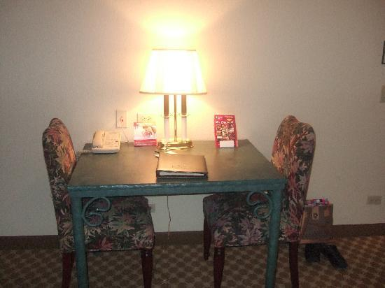 Country Inn &amp; Suites Schaumburg: Table