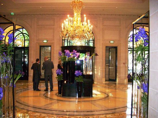 Ahh paris picture of four seasons hotel george v paris for Hotel george v jardins