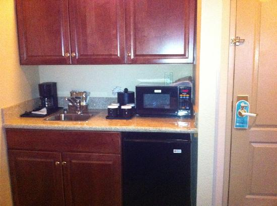 Hilton Garden Inn Phoenix Airport: Little Kitchenette Area