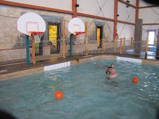 Fort Rapids Indoor Waterpark Resort: Pool Basketball area