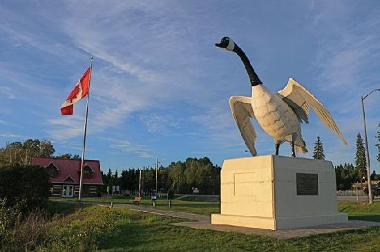 Northern Lights Motel & Chalets - Wawa: Wawa, Ontario city limit with 28' tall Canadian goose statue