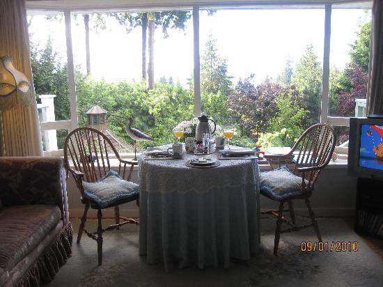 BayView Bed and Breakfast: breakfast table and the garden