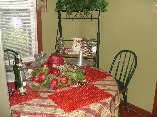 Trenthouse Inn Bed and Breakfast: One of the kitchen tables