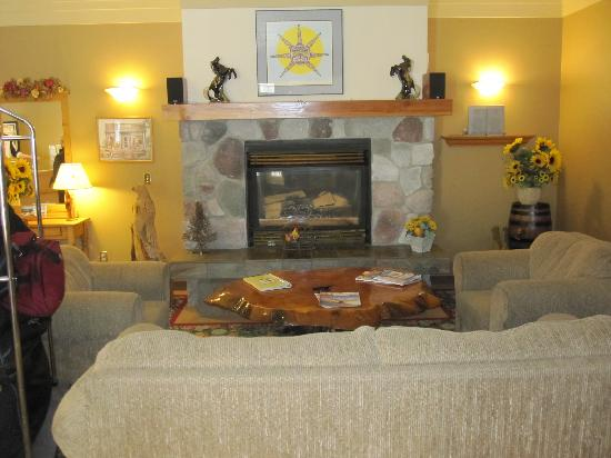Heffley Boutique Inn: Cozy Fireplace in Lobby