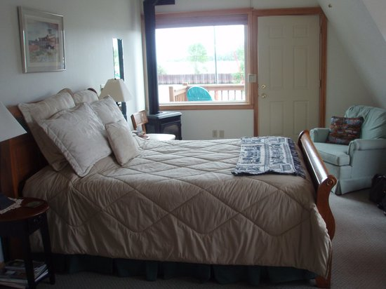 Fo'c'sle Bed and Breakfast: Insde the room.  Note the gas fireplace!
