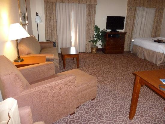 Hampton Inn Sheridan: large suite area