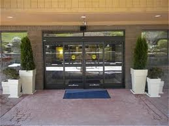 Holiday Inn Express Blowing Rock South: Front Entrance