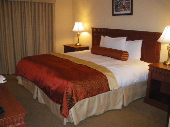 Sun Peaks Lodge: King size bed