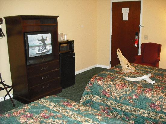Econo Lodge and Suites North Syracuse: view from behind bed corner