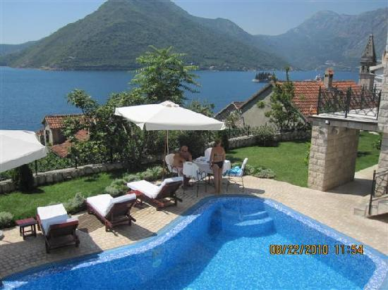 der kleine garten mit kleinem pool picture of hotel per astra perast tripadvisor. Black Bedroom Furniture Sets. Home Design Ideas