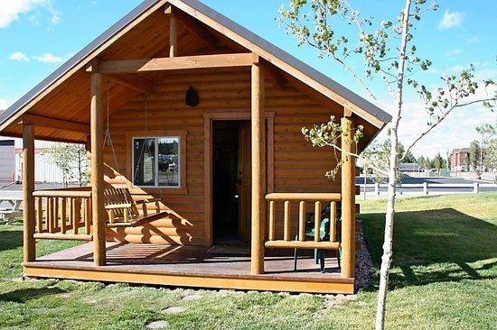 Yellowstone Grizzly RV Park: Outside of cabin