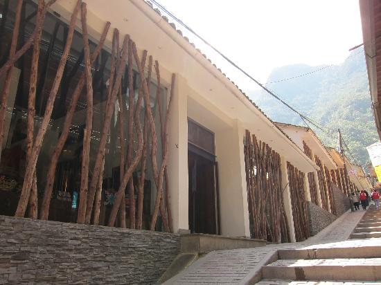 El MaPi Hotel: another shot of outside of hotel