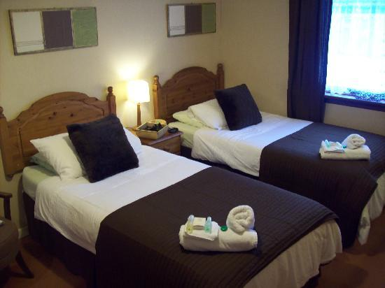 Sgeir Mhaol Guest House: one of our lovely twin rooms/ensuite with safe,mini fridge and fans