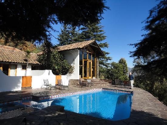 Santiago Hillside Hotel: Beautiful garden and swimming pool overlooking the Andes in the distance.