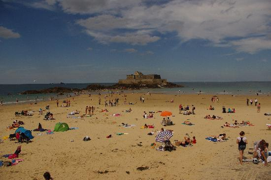 Saint-Malo, France : La spiaggia e il Fort Nationale