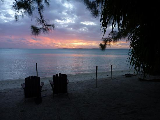 Gina&#39;s Akaiami Beach Lodge: Sunset and relaxing