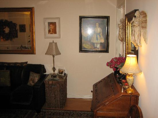 Boogaard's Bed and Breakfast: Again, the common sitting area. The laptop is in that desk, my room was right next to it