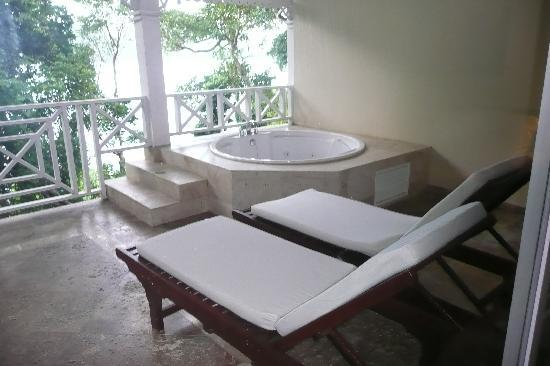 Paradise luxury bahia principe cayo levantado don pablo for Balcony hot tub