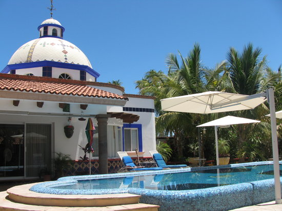 Hacienda Paraiso de La Paz: The beautiful infinity pool with waterfall is the center of our Old Hacienda Style Inn