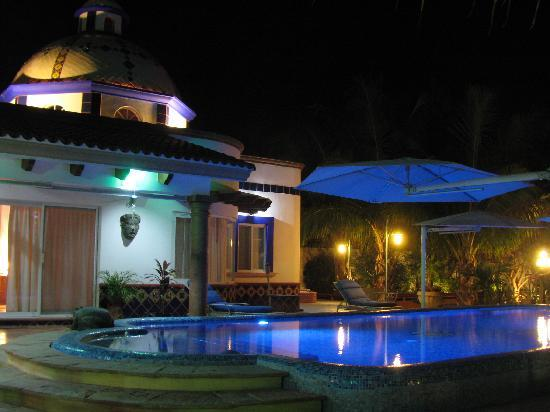Hacienda Paraiso de La Paz: The pool at night with color synchronized led lights, you might just feel you are in your own pr