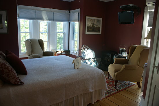 Bayberry House Bed &amp; Breakfast: Crimson room