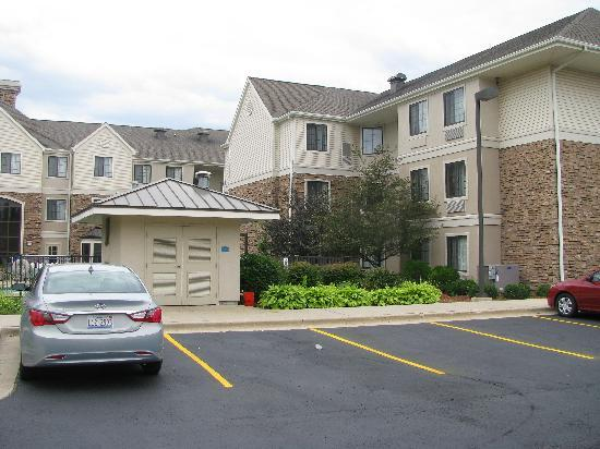 Staybridge Suites Grand Rapids/Kentwood: Sicht vom Garten mit eingezäuntem Pool