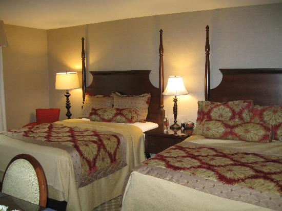 The Wayside Carriage House Inn: Nice plush bedding