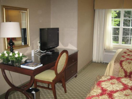 The Wayside Carriage House Inn: Flat screen TV on desk