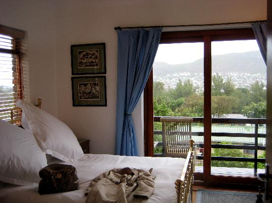 Clovelly Lodge Guest Apartments: One of the rooms..great view