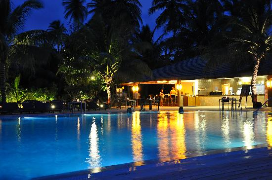 Meeru Island Resort & Spa: Pavillion Pool by night