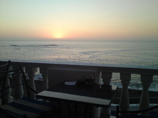 The Twelve Apostles Hotel and Spa: Sunset from the Leapord Lounge (great place for sundowners)