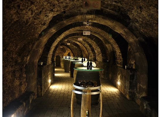 Laguardia, Espagne : Bodega Fabulista beneath the town 