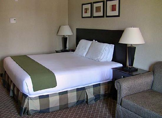 Holiday Inn Express Hotel &amp; Suites Marysville: Holiday Inn bed