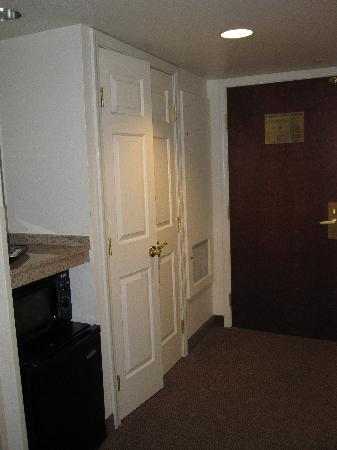 Wingate by Wyndham Missoula MT: Inside room looking at entrance