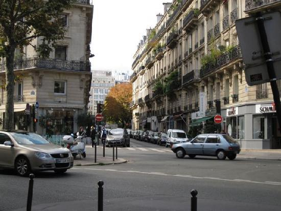 Hotel Le Six: discrete street view (up on the right)