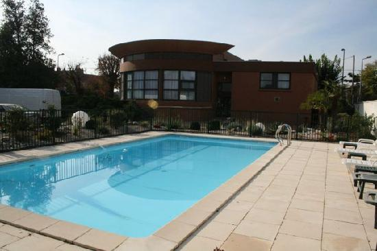 Hotel Grillon: The pool is well-maintained and adequately large