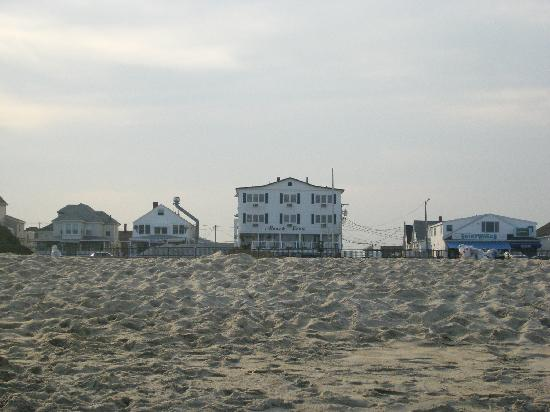 Beach View Inn: ...view of the hotel from the shoreline