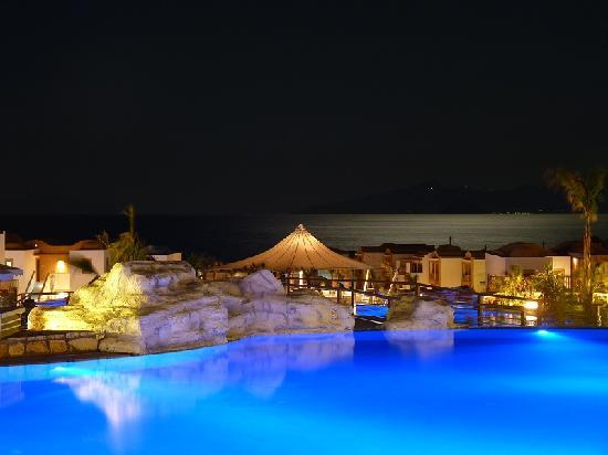 Mitsis Blue Domes Resort & Spa: Hotel at night, bar view