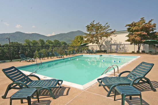 Days Inn Asheville West: Our large, inviting pool with beautiful mountain views