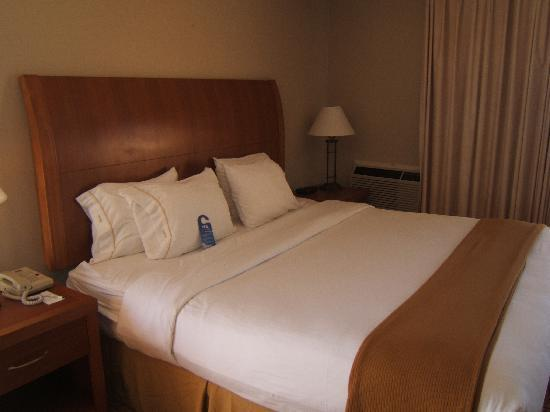 Holiday Inn Express Hotel & Suites Ventura Harbor: comfy bed