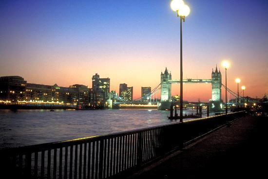 Grobritannien: London Bridge at dusk