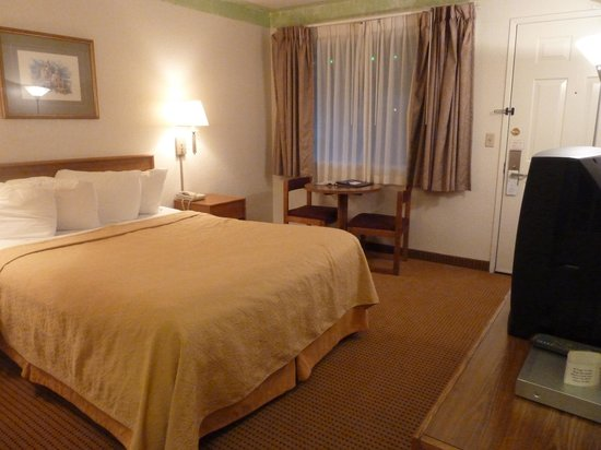 Fairbridge Inn & Suites: bed, table and chairs