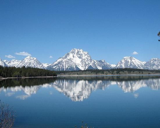 Jackson Lake Lodge: Tetons reflect in Jackson Lake