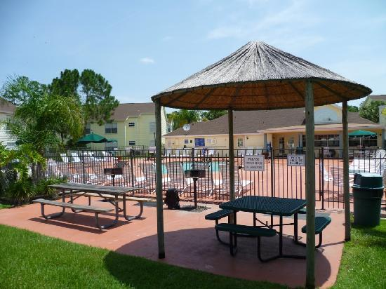 Lake Monroe, FL: BBQ, pool and clubhouse area