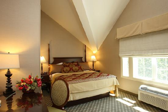 The Wayside Carriage House Inn: A typical guest room with newly appointed decor and amenities.