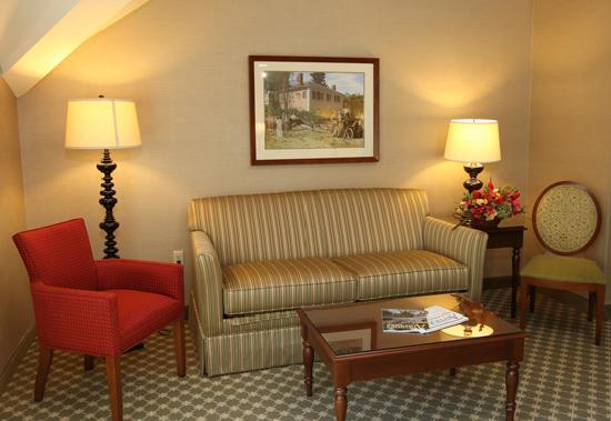 The Wayside Carriage House Inn: A beautiful seating area in each guest room, perfect for flat-screen TV viewing!