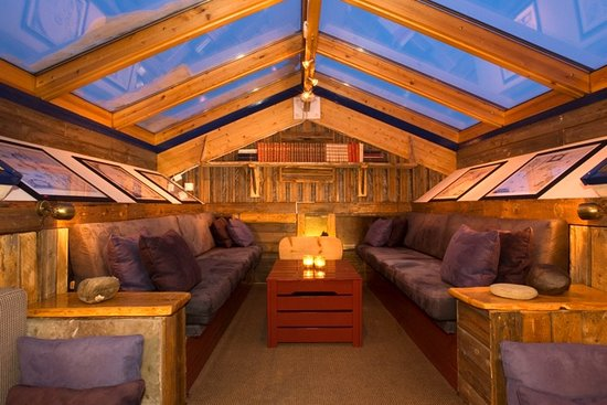 Basecamp Trapper&#39;s Hotel: Basecamp Spitsbergen Cognac Loft